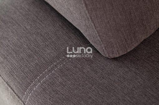 Detail na prešívanie rozkladacej sedačky COSMO s nízkymi podrúčkami v hnedej látke.
