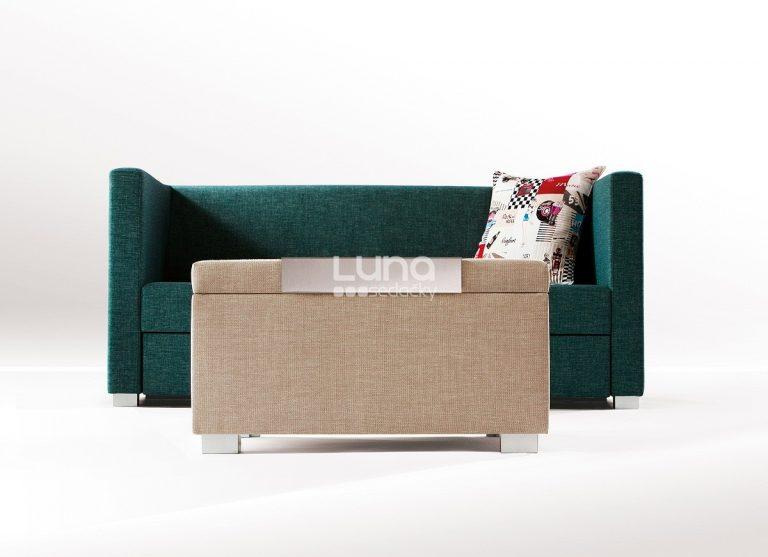 Minimalistická rozkladacia sedačka a taburet PRIMA v štýlových poťahoch.