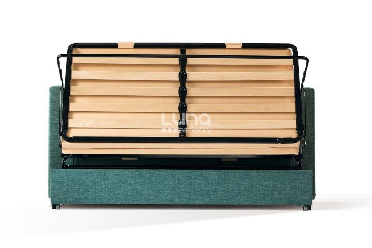 Minimalistická rozkladacia sedačka PRIMA pri rozkladaní v zelenom poťahu.