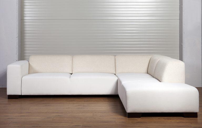 Moderná sedačka MAMBA s výsuvom v bledej farbe.