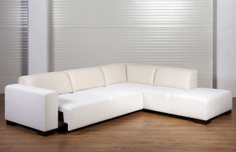 Moderná sedačka MAMBA s vysunutým výsuvom v bledej farbe.