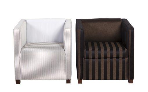 Dve hranaté kreslá CAFÉ v pásikavých vzoroch, prvé v krémovej farbe s jemnými pásikmi a druhé v kombinácii hnedej-čiernej s hrubými pásikmi.