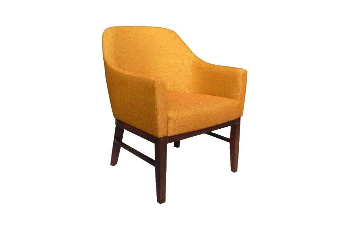 Štýlové kreslo POP vo výraznej oranžovej farbe s dlhými drevenými nožičkami.