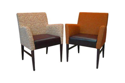 Dve kresielka ROCK s hranatými tvarmi, prvé je v oranžovej farbe a druhé je čalúnené jemnou vzorovanou látkou.