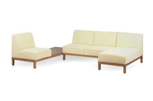 Štýlová sedačka OAKLAND na drevenej podnoži s odkladaciou drevenou plochou v krémovej farbe.