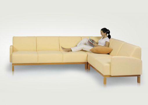 Štýlová sedačka OAKLAND na drevenej podnoži v krémovej farbe.