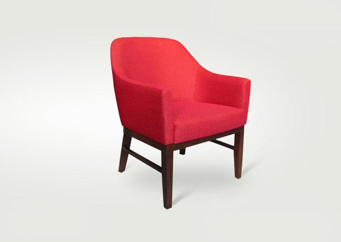 Štýlové kreslo POP vo výraznej červenej farbe s dlhými drevenými nožičkami.