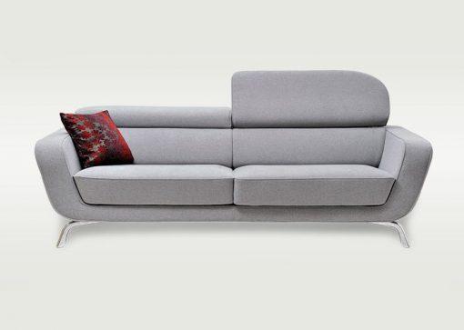Moderná pohovka SEATTLE v šedej farbe so zdvihnutou opierkou hlavy.