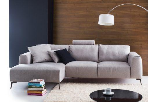 Štýlová sedačka CALVARO s príjemným jednoduchým dizajnom v šedej látke.