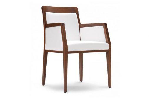 Pohodlná stolička ARMSTRONG s dlhými drevenými nohami.