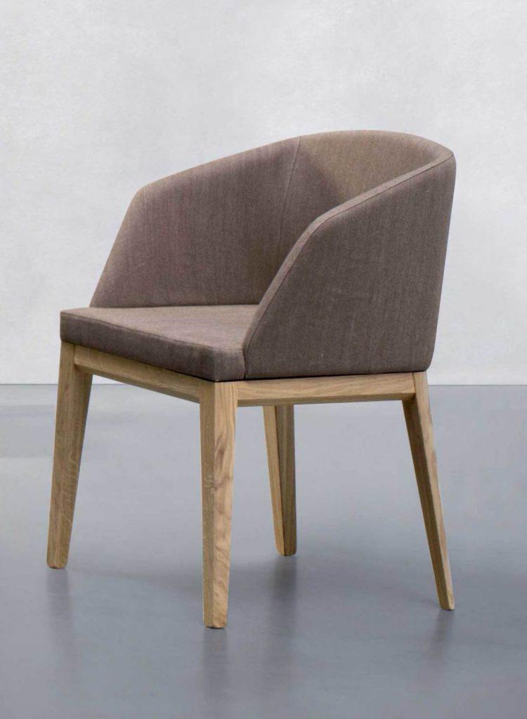Moderná stolička Barlow s čalúneným sedákom a operadlom.