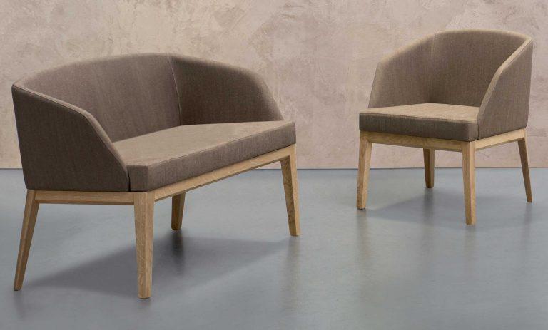 Moderná stolička a pohovka Barlow s čalúneným sedákom a operadlom.