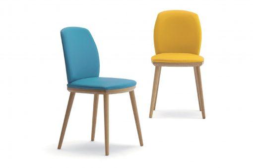Dve moderné drevená stoličky Belmont s čalúneným sedákom a operadlom, jedna v žltej farbe, druhá v modrej.