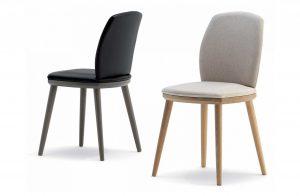 Dve moderné drevená stoličky Belmont s čalúneným sedákom a operadlom, jedna v béžovej farbe, druhá v čiernej.