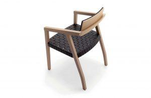 Pohľad zhora na štýlovú stoličku Cambridge s prepletaným sedákom.
