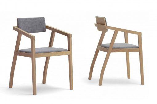 Dve štýlové stoličky Cambridge s jedinečným operadlom, čalúnené v šedej látke.