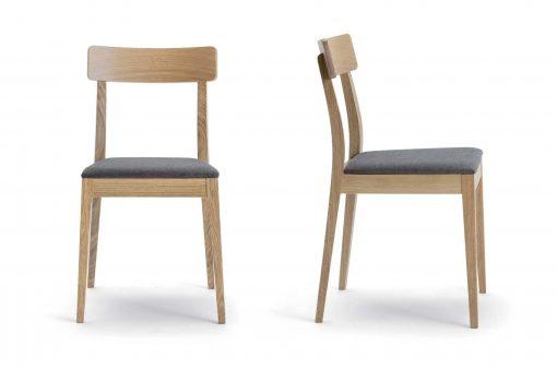 Stohovateľné drevené stoličky Charlotte s látkovým sedákom.