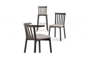 Tri pohodlné drevené stoličky Duke s čalúneným sedákom, jedna barová s dlhšími nohami.