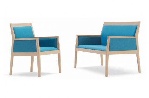 Dve štýlové stoličky JACK s drevenou kostrou a látkovým čalúnením.