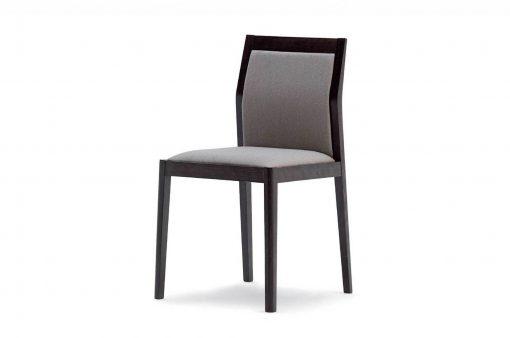 Štýlová stolička JACK s drevenou kostrou a látkovým čalúnením.