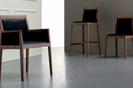 Tri štýlové stoličky JACK s drevenou kostrou a koženým čalúnením.