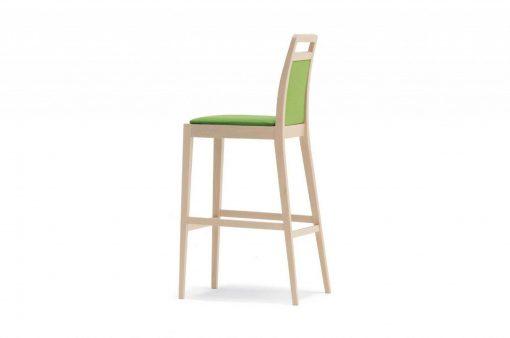 Univerzálna barová stolička Manchester so zeleným čalúnením a dlhými drevenými nohami.