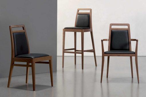 Tri stoličky Manchester, barová, s podrúčkami a klasická, čalúnené kožou.