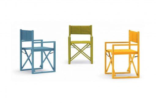 Tri jedinečné stoličky SONOMA v vo výrazných farbách, modrej, zelenj a oranžovej.