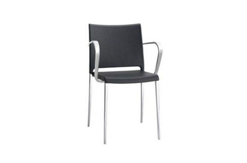 Pohodlná stolička Stanford v čiernej farbe s kovovými nohami a opierkami na ruky.