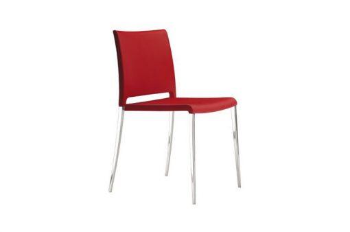 Pohodlná stolička Stanford v červenej farbe s kovovými nohami.