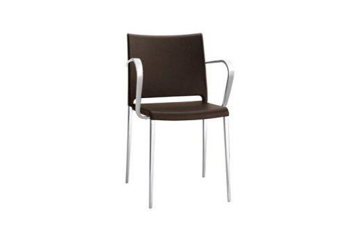 Pohodlná stolička Stanford v hnedej farbe s kovovými nohami a opierkami na ruky.