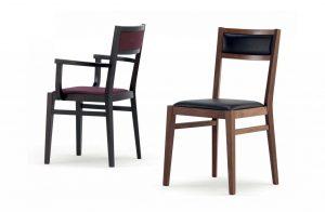 Dve drevené stoličky TEXAS s koženým sedákom a chrbtovou opierkou.