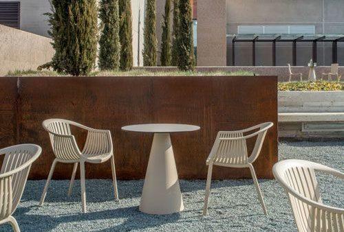 Jedinečná moderná stolička Wilson v exteriéri.