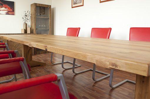 Stôl Detvan reprezentuje remeselné dedičstvo našich predkov. Stolový plát je tvorený svedomite vyberaným stržňovým rezivom so zvýraznenými prasklinami.
