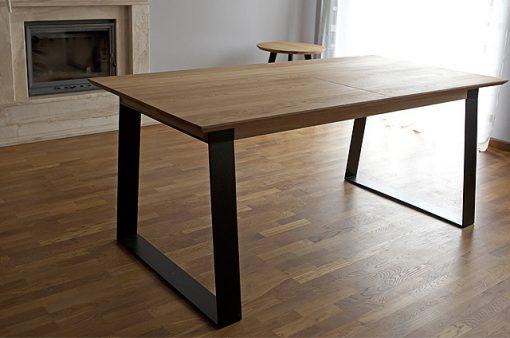 Stôl Holan je charakteristický zladením masívneho dreva s elegantnými čiernymi prvkami kovových podnoží a výklopnej prídavnej dosky v strede plátu.