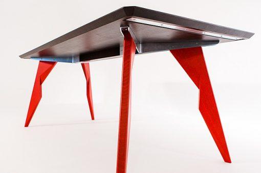 Záber na spojenie nôh s plátom pomocou oceľovej konštrukcie na stole LEJDY.
