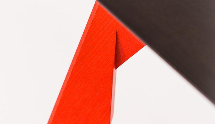 Detail na jedinečný vzhľad nôh stola LEJDY.