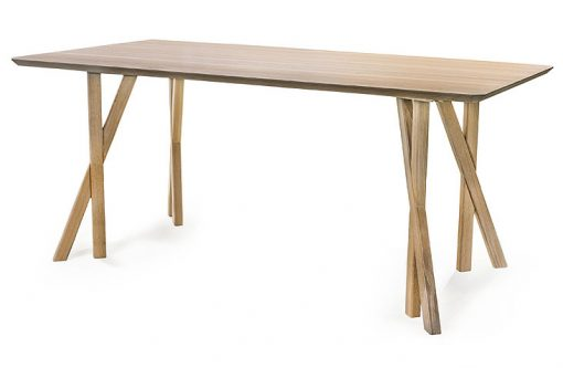 Jedálenský stôl LEJDY na seba púta pozornosť najmä jedinečným vzhľadom svojich nôh, ktorých členitý tvar pripomína zvodné ženské nohy.