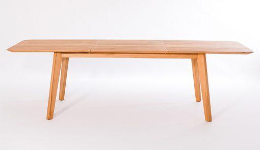 Štíhly, elegantný jedálenský stôl NOVILA na seba priťahuje pozornosť najmä svojim ostrým profilom hrany stolového plátu.