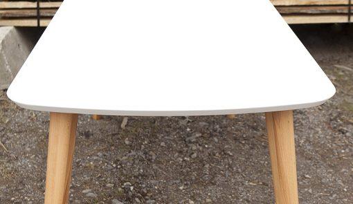 Detail na jedálenský stôl Polar s tradičným škandinávskym dizajnom.