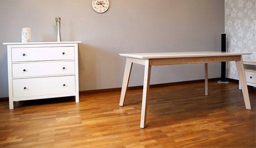 Jedálenský celomasívny stôl Premier v sebe spája anglickú štýlovosť a slovenskú vynaliezavosť.
