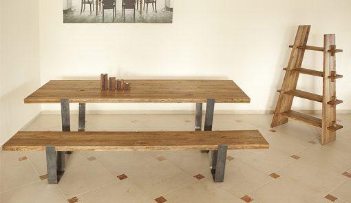 Masívna lavica a stôl MERAN s kovovými nohami.