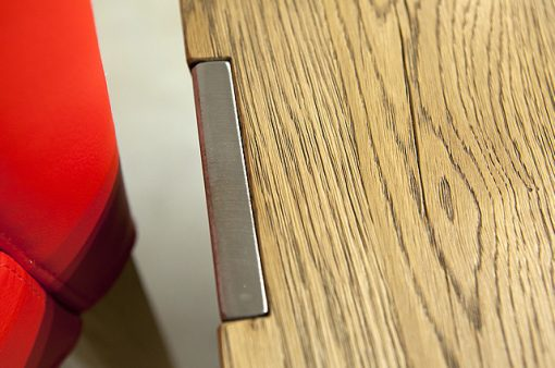 Detail na spojenie dreveného plátu a oceľových nôh stola MERAN.