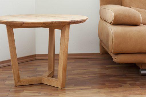 TRI je celomasívny spoločenský stolík s dánskym dizajnom, ktorý zaujme najmä konštrukciou svojej podnože.