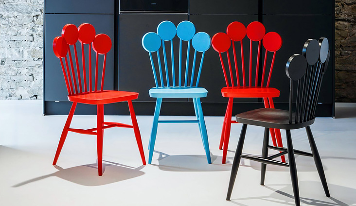 Štyri dizajnové stoličky PAF v modrej, červenej a čiernej farbe.