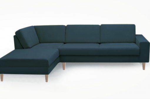 Dizajnová a nadčasová sedačka MANHATTAN s pohodlným sedením v tmavomodrej farbe.