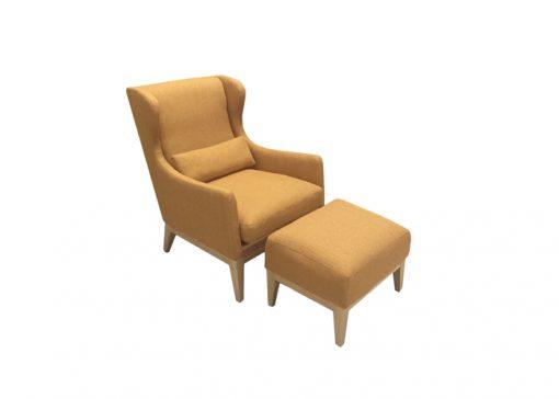 Štýlové kreslo WESTERN na drevenej podnoži s taburetom, čalúnené v oranžovej farbe.
