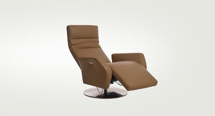 Funkčné a moderné motorové kreslo ROLAND s polohovateľným chrbtovým operadlom a podnožníkom na nohy v hnedej farbe v pohybe.