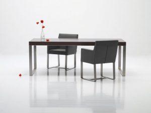 Jedálenský drevený stôl s kovovými nohami, značka Brik.