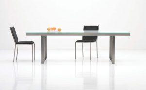 Jedálenský kovový stôl so sklom navrchu, značka Brik.